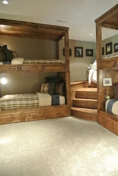 コーナーを上手に使った、重厚な造作の2段ベッドのあるベッドルーム1