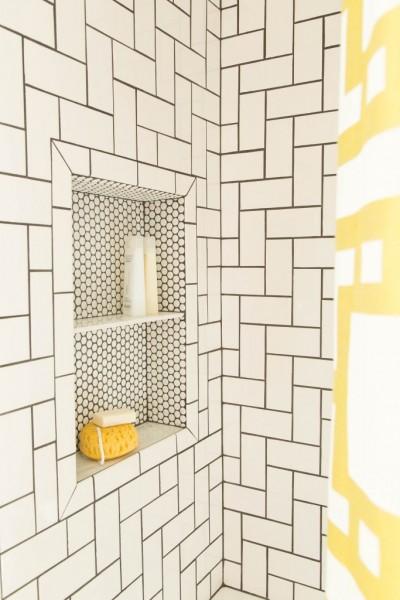 サブウェイタイルのバスルームに作られたペニータイルのニッチ