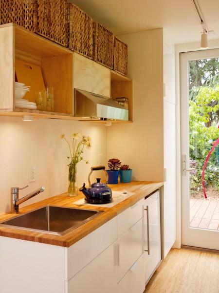 10.7畳のスペースに2つのダブルベッドとリビング、キッチン、バスルームのあるコンテナハウスのキッチン