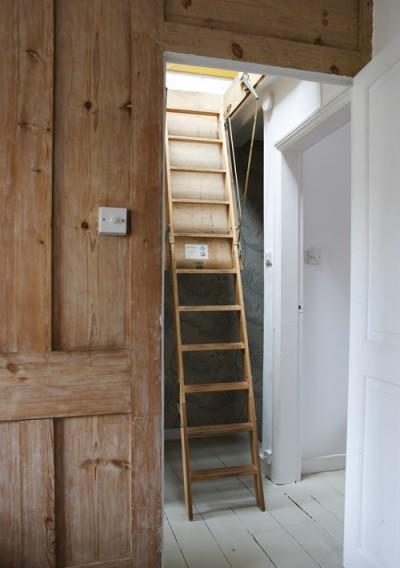 ロフトの趣味のスペースに上がるための梯子