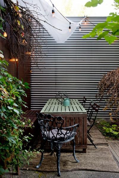 ウッドデッキの屋上庭園のコーナースペースに作り込まれたオーニング付きの屋外ダイニング2