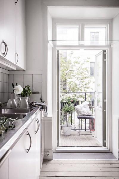キッチンの向こうのバルコニーに作り込まれたコンパクトな屋外ダイニング1 観音扉