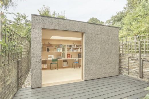 ロンドン北部の某邸裏庭に建つ2人用のワークスペース用の離れの外観2斜め