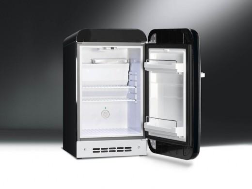 Smegの50年代風ミニ冷蔵庫FAB5黒40リットル扉全開