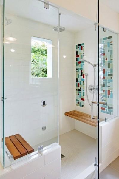 ガラスの壁で囲われた明るく開放的なシャワーブース オーバーヘッドシャワー付き