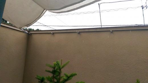 テラスを囲う壁にヒートンを埋め込んで、そこにタープを取り付け1
