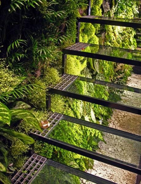 庭のガラスでできた透明な階段1