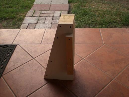 DIYで作った、レンガのカウンターやBBQグリル、シンクのある立派なアウトドアキッチン DIY19 カウンタートップの支えのための木枠