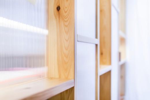 木製フレームと半透明のポリカーボネード波板で区切られたパーティション アップで
