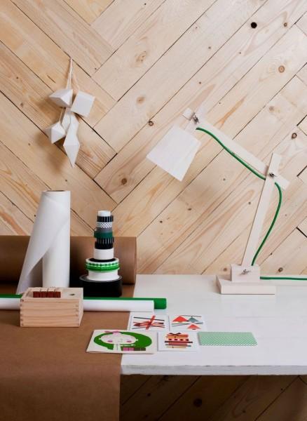 木製のデスクスタンドランプTAF_Wood_Lamp_Muutoをワークスペースのテーブルに置く2