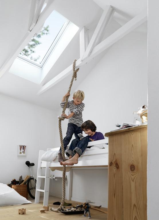 天窓と梁のある子供部屋