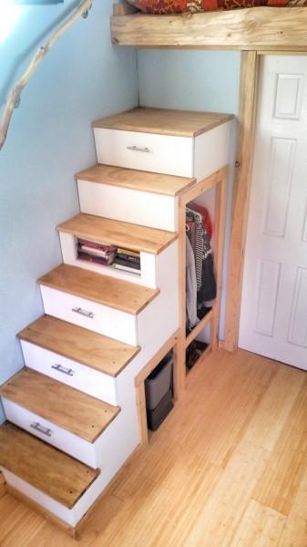 ロフトベッドに上がるための収納付き階段1