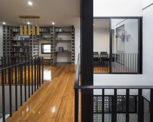 空間を自在に区切るコンクリート製の収納兼パーティションブロック「スクリーンブロック」で区切って作られたリーディングヌックのある多目的スペース
