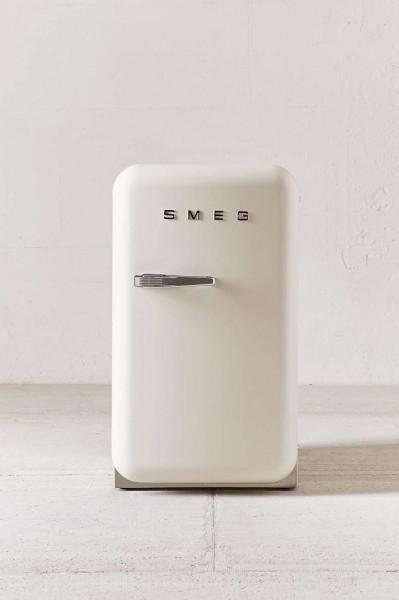 Smegの50年代風ミニ冷蔵庫FAB5白40リットル正面