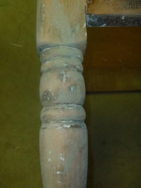 中古のチェストをDIYで鏡張りミラーチェストに2 足もサンドペーパーで塗装を剥がす