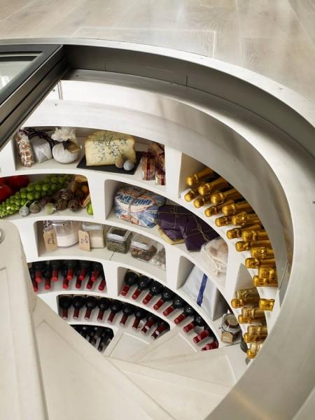 ダイニングの床に埋め込まれた、ガラス扉の螺旋階段状のワインセラー兼食料貯蔵庫を上から1