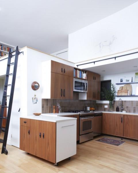 広さわずか625スクエアフィートのブルックリンのスモールアパートメントのキッチン
