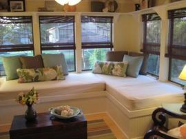 部屋の片隅のベッドのあるサンルーム Posh Living, LLC_[0]-thumb-270x202-1035