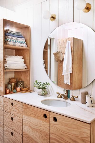 美しい板目の合板を多数用いた木材の質感あふれる洗面スペース