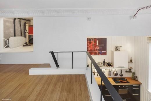ダイニングの上のロフトスペースからダイニング・キッチンを見下ろす