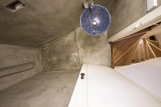 ポルトガル ポルトの中心部に建つ三角形の狭小住宅のシャワーブース
