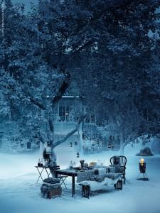 キャンドルでライトアップされた雪のテラス1