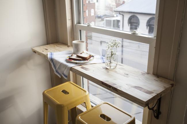 リビングのコーナーの窓際にDIYで作ったカフェカウンター1