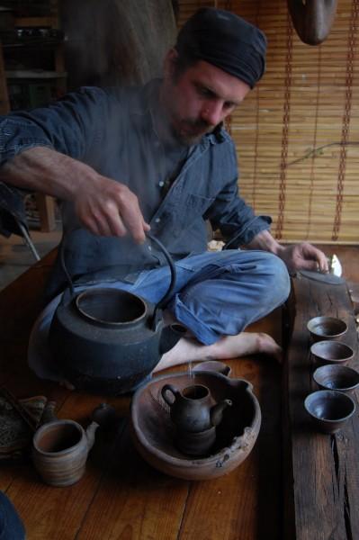イングランド南西端コーンウォールに住む陶芸家の自宅の和風の小上がりで、急須で茶を入れる