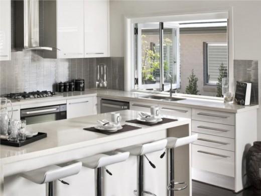 シンクの正面の大きな窓でテラスの屋外ダイニングとつながるキッチン