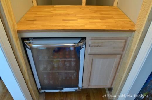 階段下にDIYで作った飲み物専用のサブ冷蔵庫置き場 仕上げ塗装前の段階