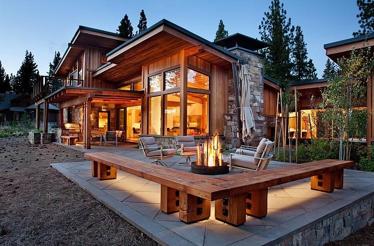 焚き火台のある石畳のテラス