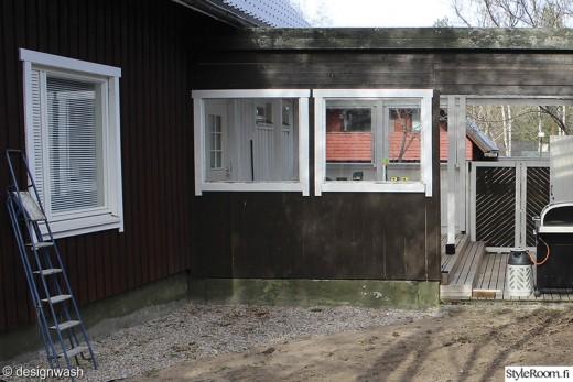 L字型に配置された木製の低いデイベッドのあるウッドデッキの屋外リビングのリフォーム前2