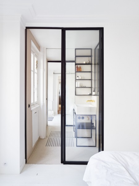 横に長いレイアウトの家のベッドルームから、奥のバスルームをのぞむ1