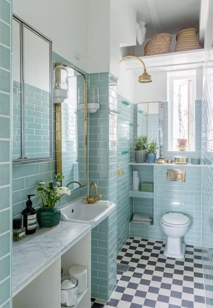 細長の窓とたくさんの細長の鏡のある明るく開放的なバスルーム