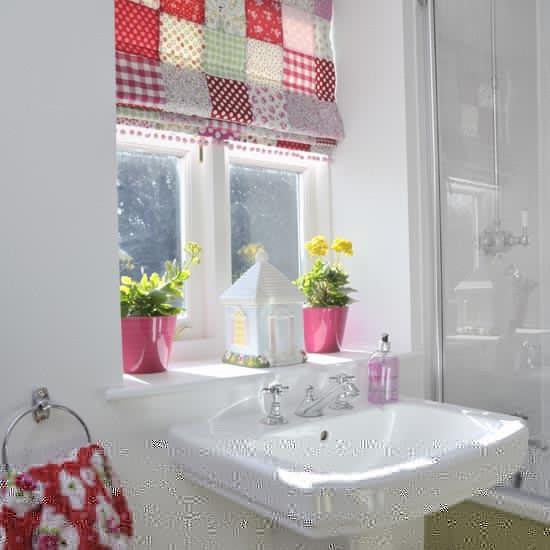 可愛らしいシェードカーテンのあるバスルーム