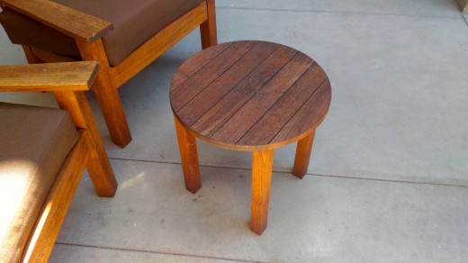 サンタモニカ アンブローズホテルのテラスのテラスに置かれた2脚の屋外用一人掛けソファとテーブルのコンパクトな屋外カフェスペース テーブルのみ