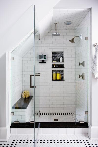 DIYでリノベーションしたサブウェイタイル貼りのロフトのバスルーム1
