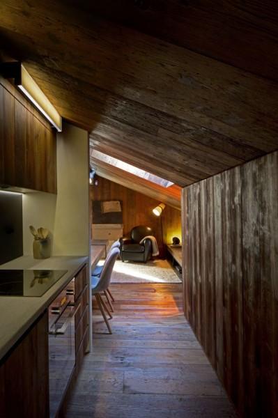 低い勾配天井の下のリビング・ダイニング・キッチン