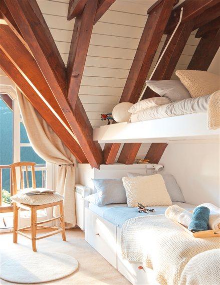 斜め天井の梁を活かしたロフトベッド