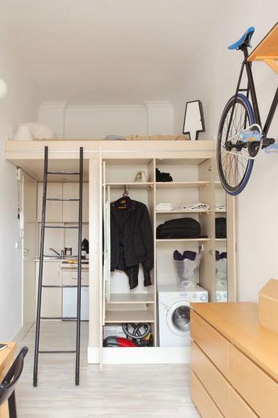 8畳弱の狭小ワンルームのロフトベッドルームとその下のクローゼットを開けたところ 洗濯機入り