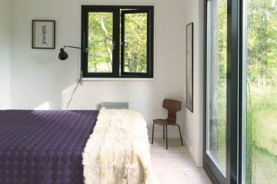 テラスの向こうの開放的なベッドルーム
