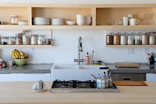 キッチンの壁面一杯に作り付けられたオープンシェルフ