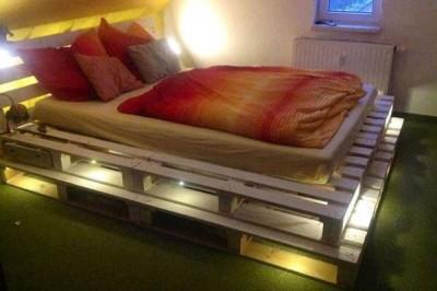 mebelipaletiの木製パレットで作ったライトアップされるベッド