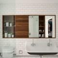 白いタイルのバスルームと木製の洗面収納