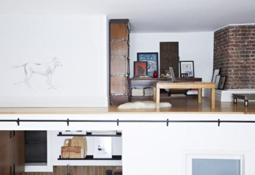 広さわずか625スクエアフィートのブルックリンのスモールアパートメントのキッチンの上のロフトのセカンドリビング