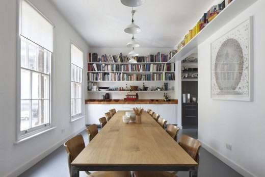 大きな壁面造作本棚と横長の大きなダイニングテーブルのあるダイニング1