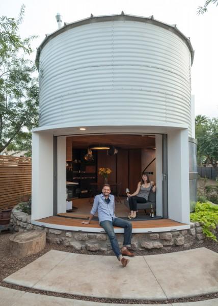 穀物サイロを流用して作った円筒形のコンパクトハウス 庭とリビング・ダイニングの間の全開口スライドドアを開けたところ 庭から
