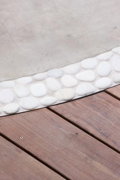 ヨークストーンと白い玉石とウッドデッキの組み合わせ
