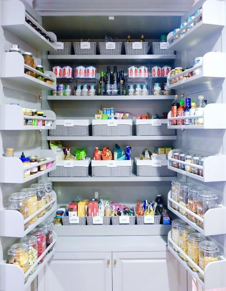 戸袋まできれいに整理整頓して収納できるパントリー 乾物やパスタ、缶詰などを統一したガラス容器とボックスで整理整頓