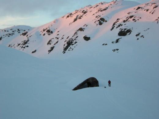 ノルウェー北西部の雪に覆われた狩猟小屋